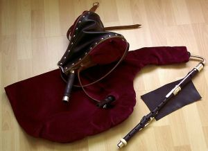 Uilleann pipes - practice set Wikimedia commona