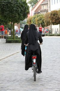 Nuns on bicycle pass in front of the Cathedral of Wroclaw, Poland Photo: Yarl Wikimedia Commons